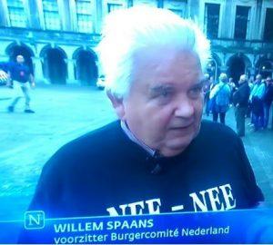 Aanspreken politici en spin-doctors rond Binnenhof. @ Eerste Kamer | Den Haag | Zuid-Holland | Nederland